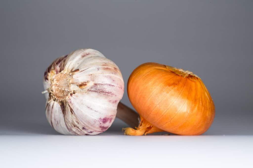 ماسك البصل والثوم لعلاج قشرة الشعر Garlic-onion-food-1827021-1024x682